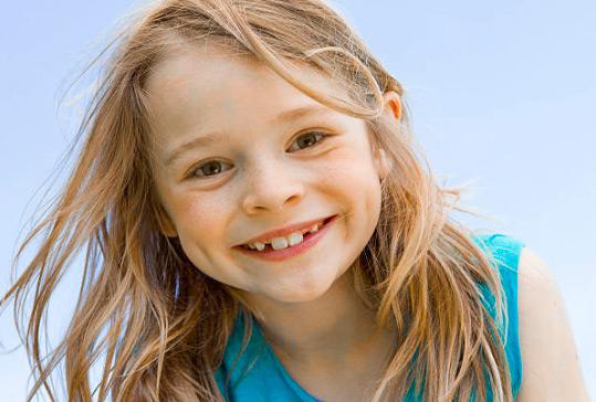 Portrait lächelndes Mädchen mit Zahnlücken