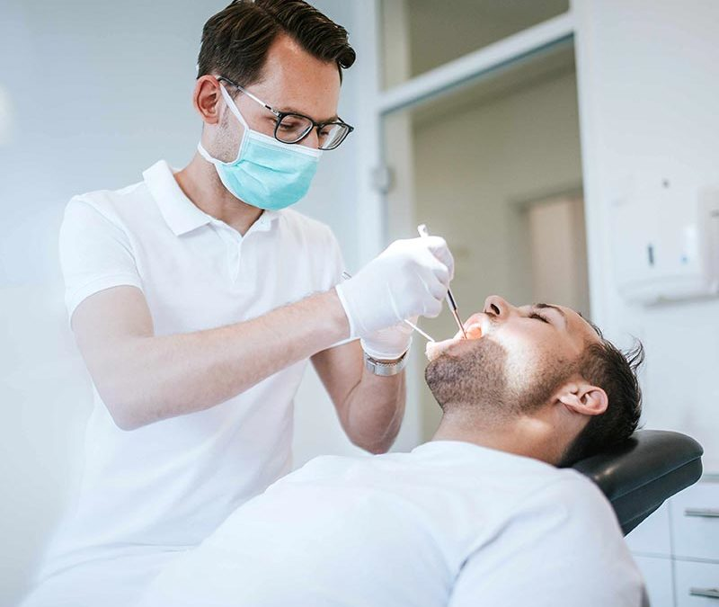 Zahnarzt bei Kontrolluntersuchung