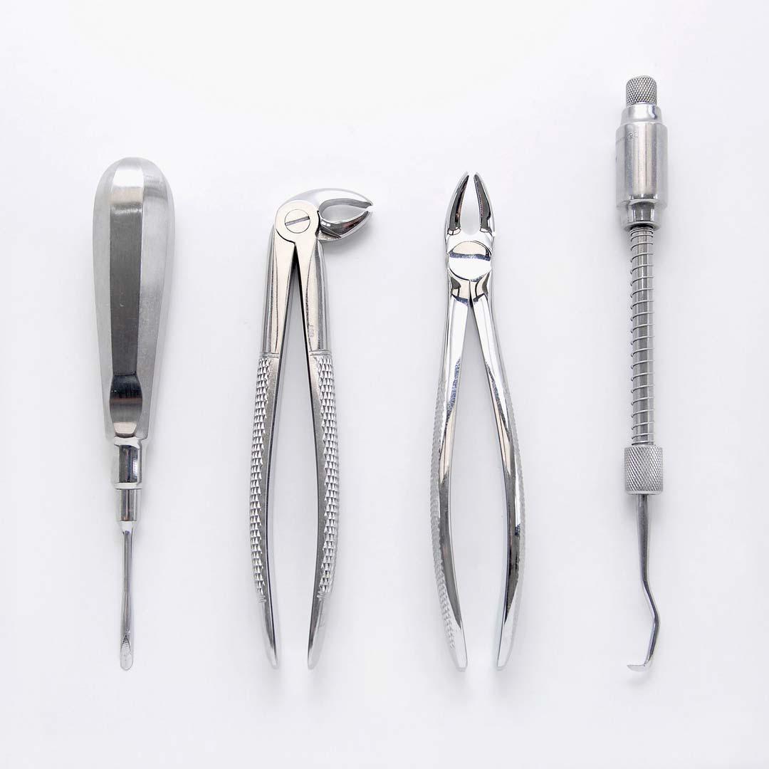 Instrumente die bei einer herkömmlichen Zahnextraktion zum Einsatz kommen